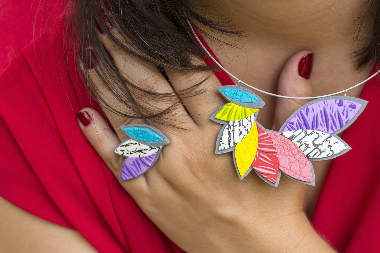 Z živobarvno kolekcijo nakita Tropic v vroče poletje